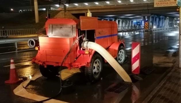 Київавтодор уночі виводив спецтехніку, щоб запобігти підтопленням