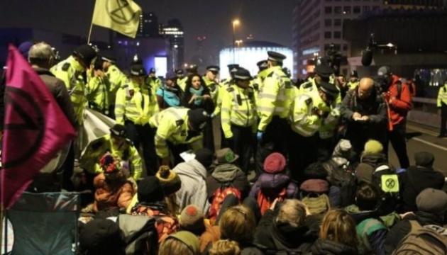 Поліція арештувала понад 100 захисників природи, які блокували центр Лондона
