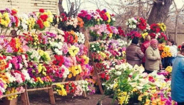 Українців закликають не носити на кладовище пластикові вінки і квіти