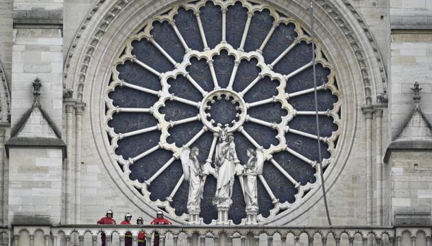 У соборі Паризької Богоматері пройшла перша після пожежі служба