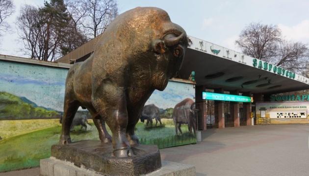 Зубра і левів перед Київським зоопарком скульптори відновлять за авторським задумом