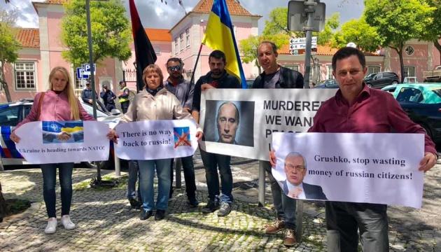 Українці у Португалії влаштували протест з приводу візиту заступника Лаврова до Лісабона