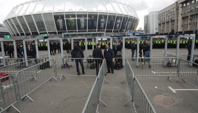 Поліція перевіряє металошукачами людей, які ідуть до