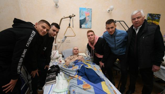 Les footballeurs de Dynamo ont soutenu les blessés dans un hôpital militaire (vidéo)