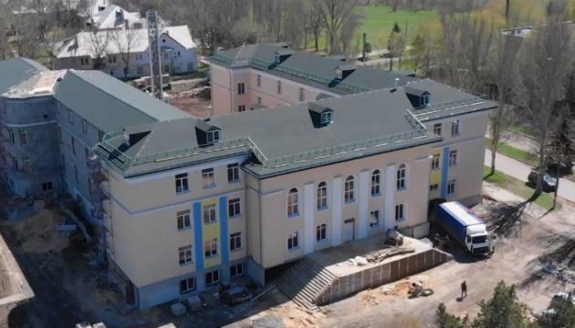 У Красногорівці відбудували опірну школу, обстріляну російською артилерією