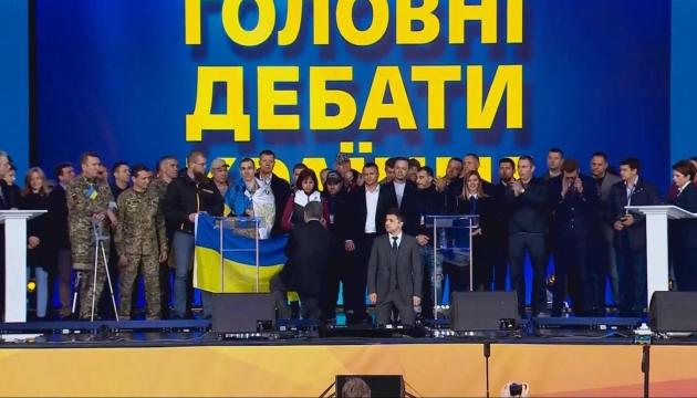 Zelensky, Poroshenko get on their knees during presidential debate