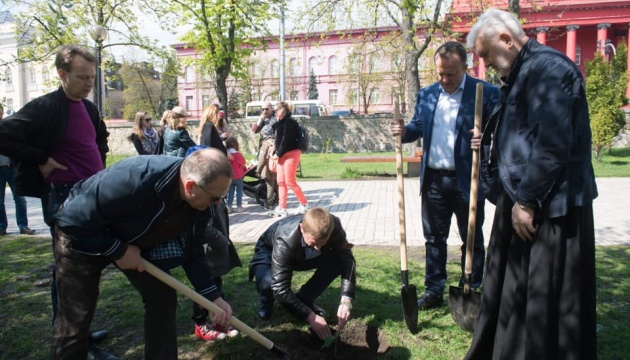 На бульварі Тараса Шевченка у Києві висадили сотні дерев та кущів