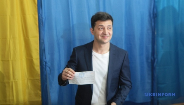 Kyiv court fines Zelensky for showing his ballot