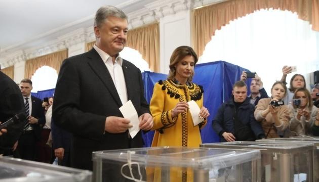 Poroschenko erscheint im Wahllokal