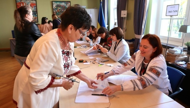 Voter turnout in 194 electoral districts is 18.04 percent