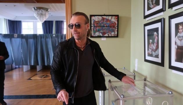 Олег Винник проголосовал на участке в Берлине