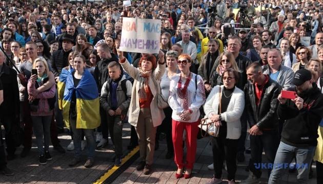 最高会議前で言語法採択を求める市民による集会が開催