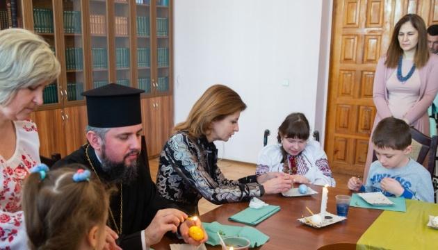 Марина Порошенко та Епіфаній розмалювали писанки разом із дітьми з інвалідністю