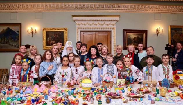 «Миротворча писанка» від дітей діаспори відправилась до українських воїнів