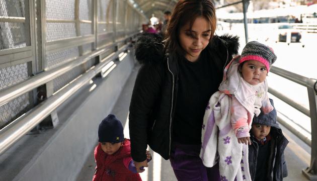 Сотни мигрантов сбежали из лагеря беженцев в Мексике