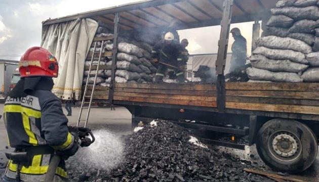 У Рівному рятувальники загасили палаючу фуру із деревним вугіллям