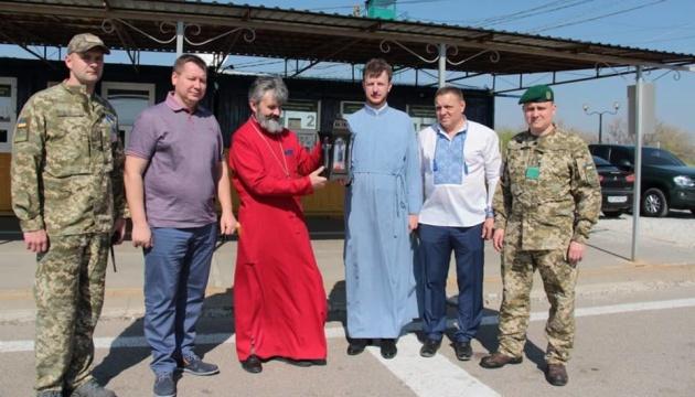 クリミアのウクライナ正教会へエルサレムからの聖火が届く