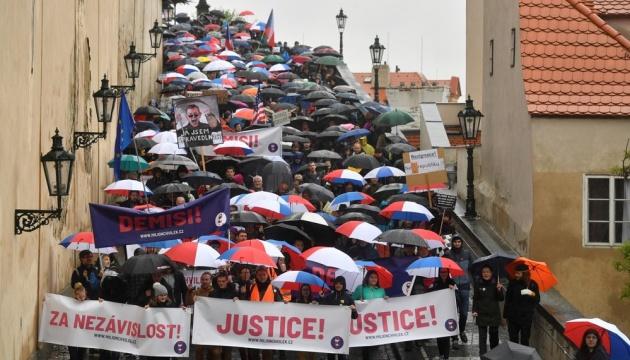 Чехи вийшли на вулиці, вимагаючи незалежного правосуддя