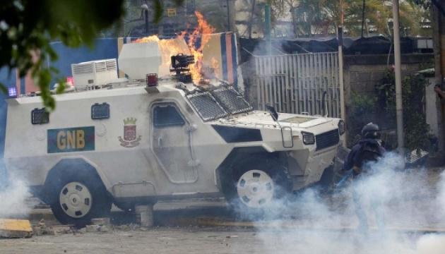 Військові Мадуро в'їхали у натовп маніфестантів на броньованих машинах