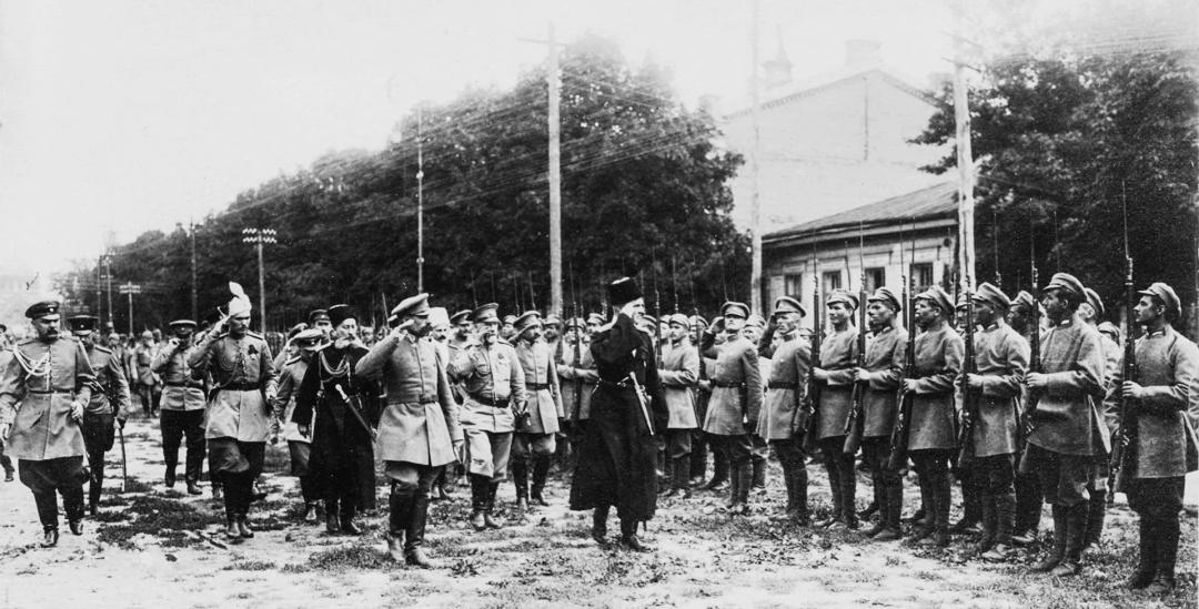 Гетьман Скоропадський під час огляду Синєжупанної дивізії