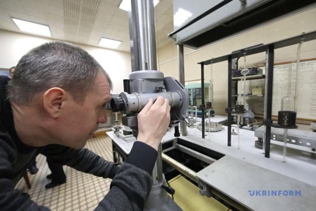 ученый-хранитель государственного эталона единицы давления Алексей Зуев за работой