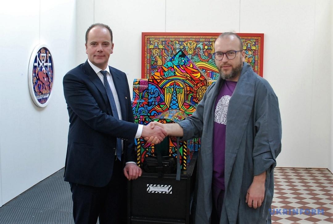 Почесний консул України в Бельгії Крис Бекерс та художник Роман Мінкін