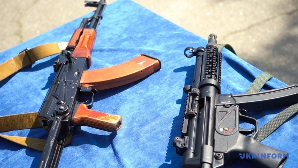 Автомат Калашникова та пістолет-кулемет