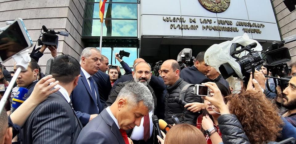 Прем'єр Вірменії Нікол Пашинян під будівлею заблокованого суду (20 травня 2019 року)