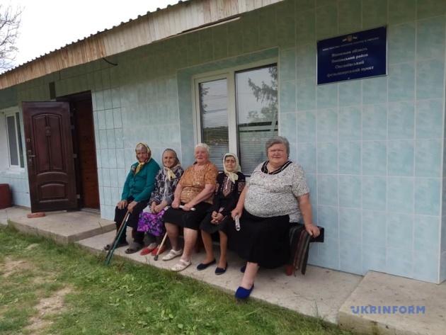 Жительки Оксанівки (справа наліво): Ніна Швець, Ольга Харевська, Олена Зверховська, Марія Дяк, Лідія Дяк. Вони - 10% населення села
