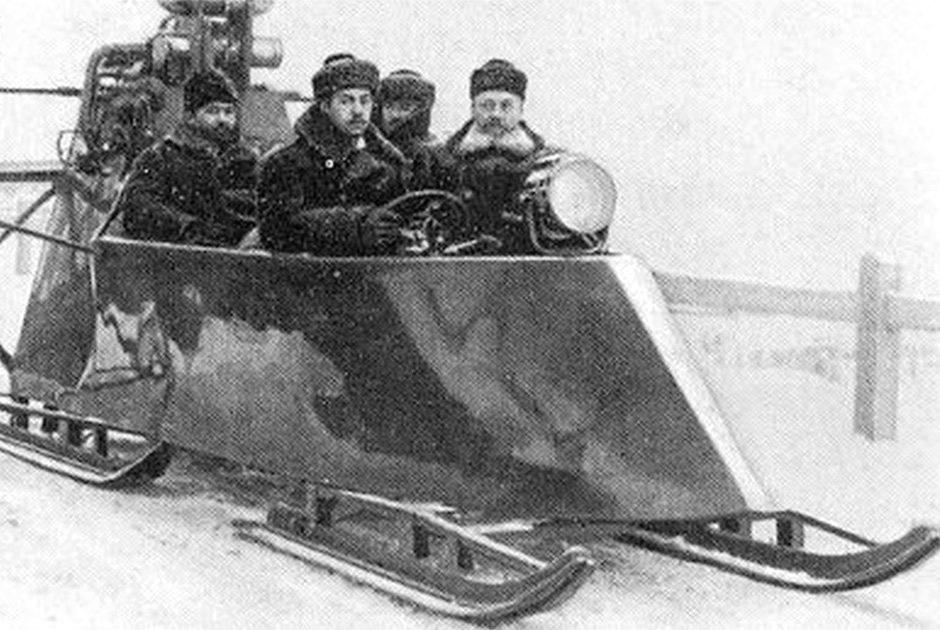 на аеросанях із чотирма офіцерами Генштабу Російської імперії