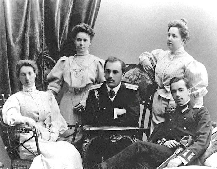 Кадет Ігор Сікорський (праворуч) із братом Сергієм та сестрами Лідією, Ольгою та Оленою