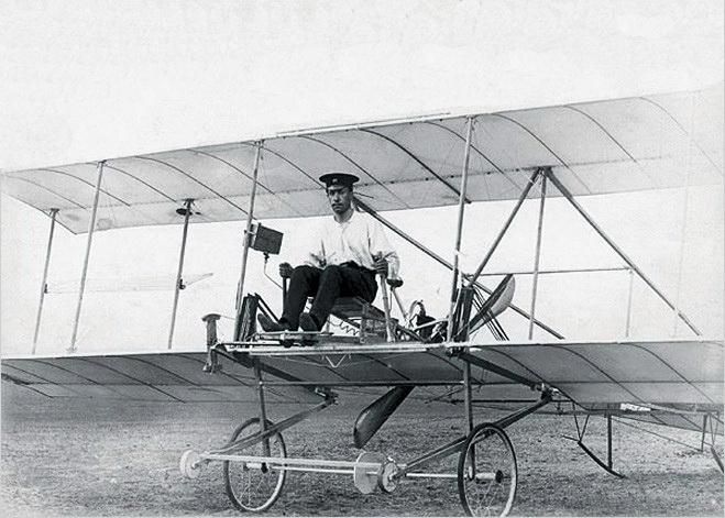 Ігор Сікорський на своєму першому біплані БІС-1., 1909 р. 1