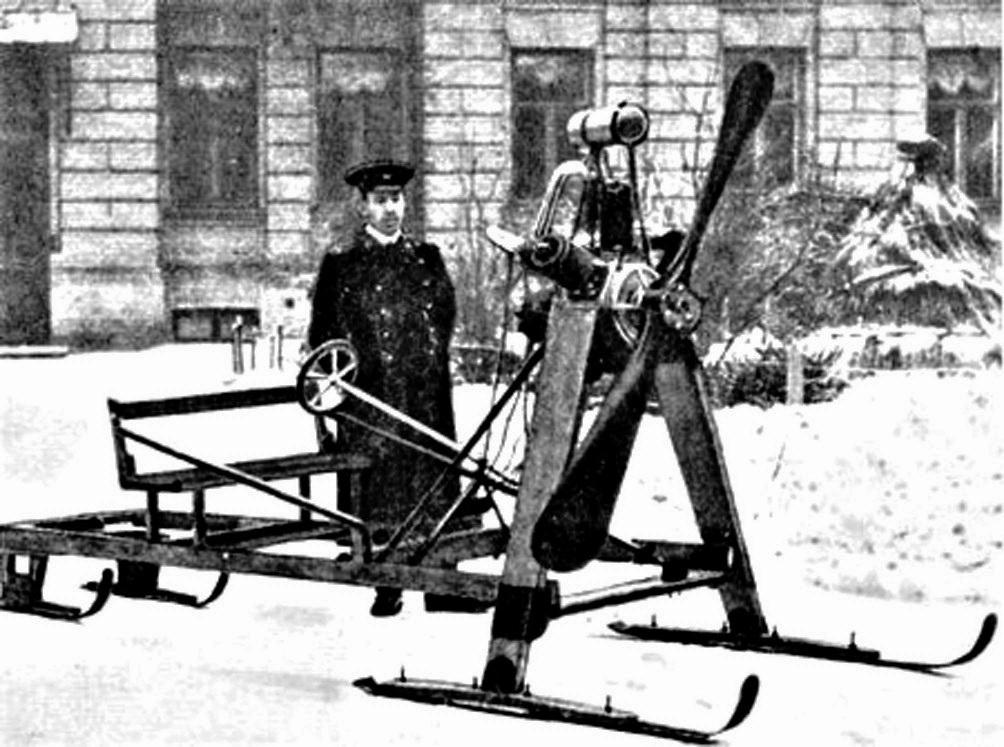 аеросані Ігоря Сікорського на подвірї будинку на Ярославів Вал, 15Б,  1910-ті рр.