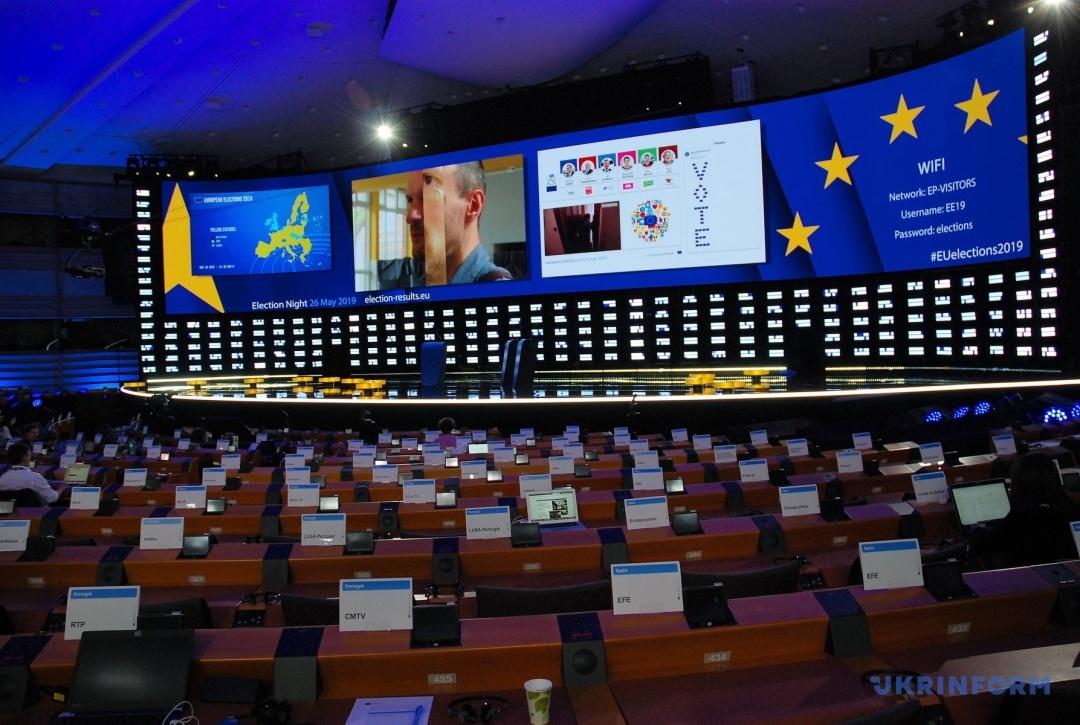 Фото 8. Зал засідань Європарламенту на вечір 26 перетворено на розгорнутий прес-центр