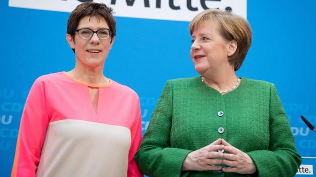 Аннегрет Крамп-Карренбауэр и Ангела Меркель / Фото: DPA