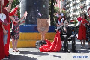 """""""Кернес"""", совок і синя рука: у Києві влаштували перформанс за декомунізацію"""
