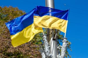 На Майдане торжественно подняли Государственный Флаг
