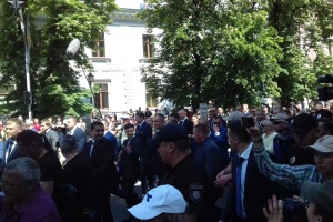Zelensky arrives at Presidential Administration on foot