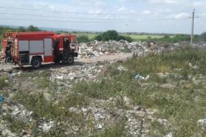 На Миколаївщині з ночі горить сміттєзвалище