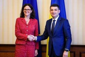 Єврокомісар запевнила Гройсмана, що Україна — пріоритет для ЄС