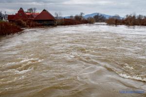 В Карпатах из-за дождей обрушился мост, два села отрезаны от дороги