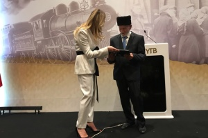 Джапарова передала книгу малюнків про депортацію очевидцю подій