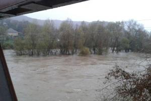 На реках Закарпатья вода превысила уровень катастрофического наводнения 1998 года