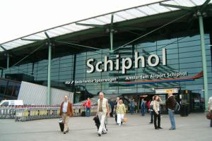 Найбільший аеропорт Нідерландів готує позов на залізничників