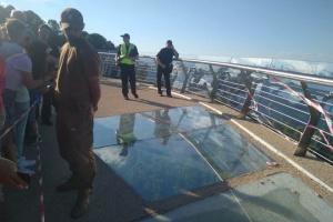 У Києві обстежують пошкоджені фрагменти скляного мосту, рух обмежили