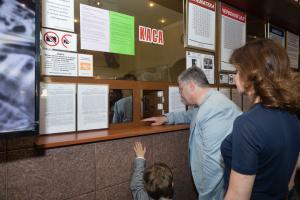 """Порошенко с женой и внуками посетил кинофестиваль """"Молодость"""""""