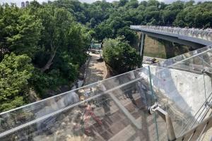 """На """"мосту Кличко"""" устанавливают антивандальное стекло"""