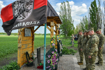 Poroshenko lays flowers at monument to fallen defenders of 10th checkpoint in Donbas. Photos