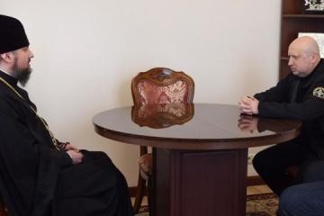 Turchynov y Epifaniy discuten la importancia de los capellanes en el ejército ucraniano