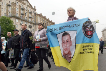 Hundreds march in Kyiv to commemorate soldiers fallen in Donbas. Photos, video